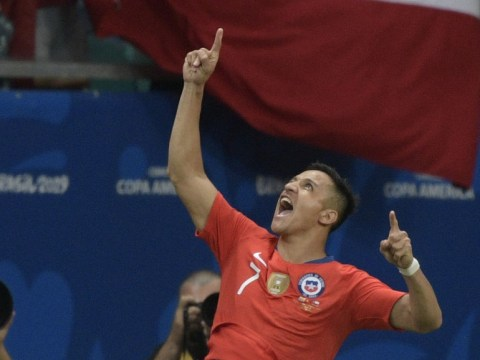 Alexis Sanchez does not get on with Manchester United teammates, claims Chile coach