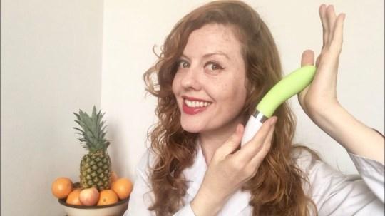 Venus O'Hara sostiene un vibrador