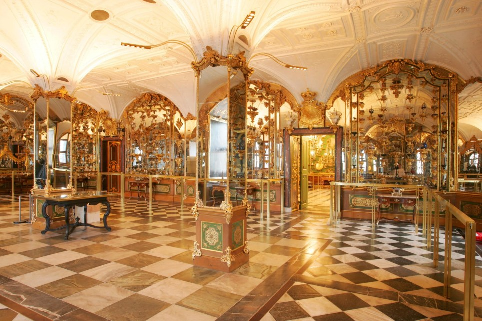 (GERMANY OUT) Deutschland, Sachsen, Dresden: das historischeGr??ne Gew??lbe im Residenzschloss : Pretiosensaal (Photo by Momentphoto/Ronald Bonss/ullstein bild via Getty Images)