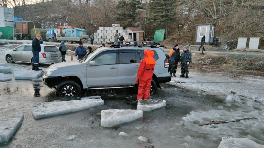 PRIMORYE TERRITORY, RUSSIA - JANUARY 5, 2020: Emergency service workers and divers help to pull some 30 cars from the frozen waters of Voyevoda Bay, part of Amur Bay, a few metres off Russky Island, near the city of Vladivostok, on Russia's Pacific coast; no casualties reported. Press office of the Primorye Territory branch of the Ministry of Civil Defence, Emergencies and Disaster Relief of the Russian Federation/TASS (Photo by Russian Emergencies Ministry\\TASS via Getty Images)