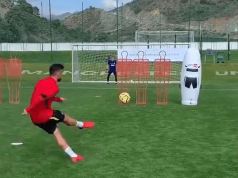 Bruno Fernandes scores stunning free-kick in training ahead of Chelsea vs Man Utd