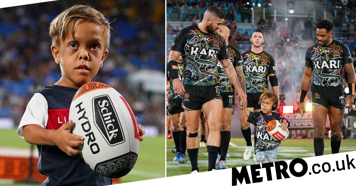 Bullied schoolboy with dwarfism walks onto pitch with rugby heroes