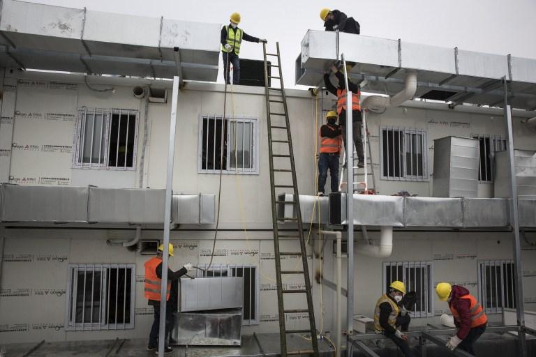 WUHAN, CHINE - 02 FÉVRIER: (CHINE OUT) Les travailleurs continuent de construire l'hôpital de Wuhan Huoshenshan le 2 février 2020 à Wuhan, en Chine.  Construit en réponse à l'épidémie de coronavirus et avec une capacité de 1000 lits, l'hôpital prévoit de terminer les travaux à temps.  (Photo par Getty Images)