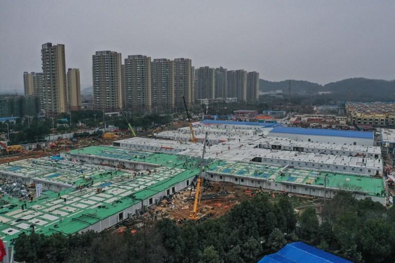 WUHAN, CHINE - 03 FÉVRIER: La construction de l'hôpital de Huoshenshan touche à sa fin le 3 février 2020 à Wuhan, en Chine.  Après seulement 10 jours de construction, l'hôpital de Wuhan Huoshenshan a été officiellement achevé et livré, et le 3 février, les patients atteints d'une pneumonie à coronavirus nouvellement diagnostiquée ont été admis.  (Photo par Stringer / Anadolu Agency via Getty Images)