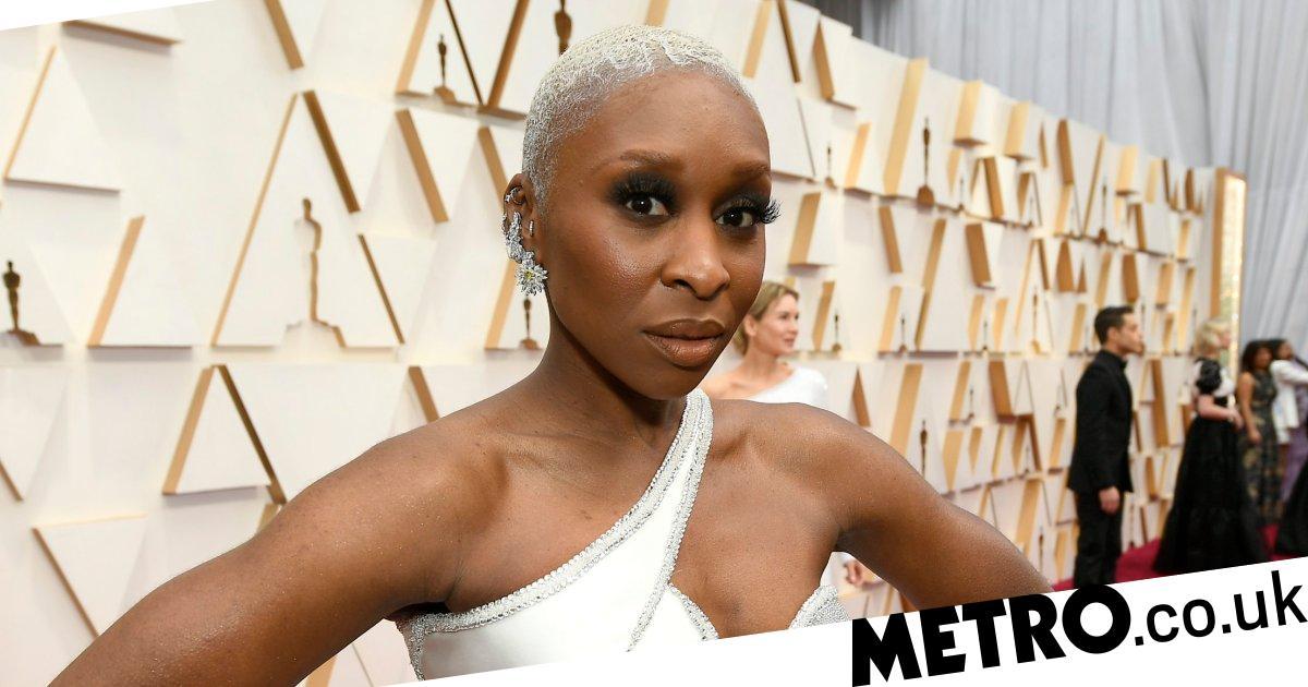 Cynthia Erivo stops for black reporter on Oscars red carpet