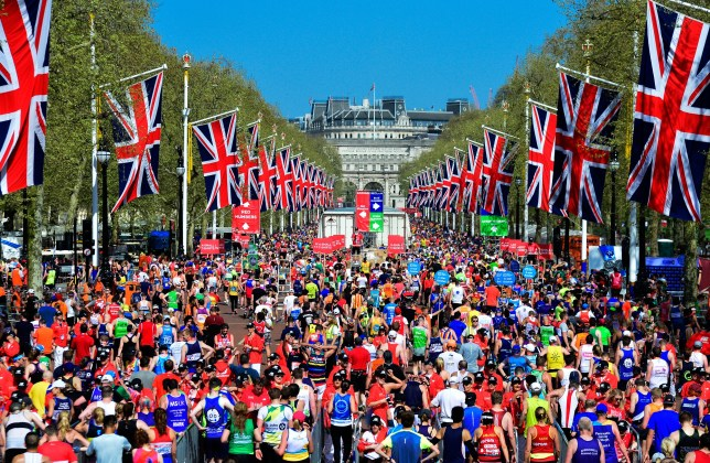 crowds of runners at the london marathon