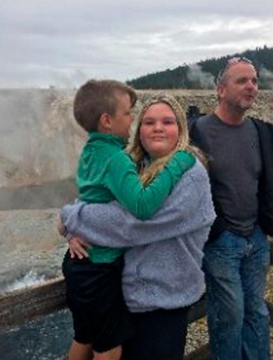 Dans cette photo du 8 septembre 2019 publiée par le Federal Bureau of Investigation, JJ Vallow, 7 ans, avec sa sœur, Tylee Ryan, 17 ans, et leur oncle, Alex Cox, dans le parc national de Yellowstone. Lori Vallow devrait être envoyée d'Hawaï en Idaho pour faire face à des accusations de disparition de son jeune fils et de sa fille adolescente. Vallow a été arrêté en février 2020 à Hawaï pour crime d'abandon d'enfants en Idaho. L'affaire a attiré l'attention avec des révélations de ses croyances apocalyptiques et une série de morts mystérieuses. Elle est détenue sous caution de 5 millions de dollars et sa première comparution en cour en Idaho est le vendredi 6 mars. (FBI via AP)