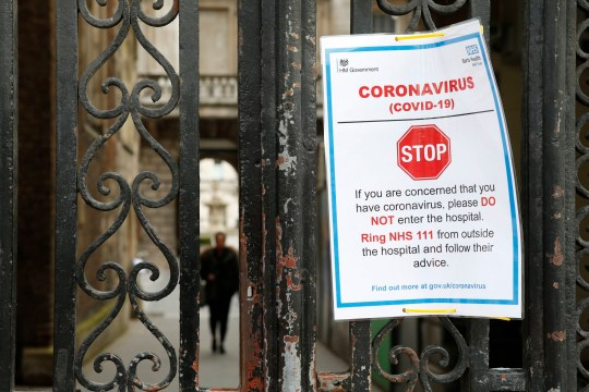 Un cartello su una porta dell'ospedale St Bartholomew di Londra, dove due morti di pazienti risultati positivi per Covid-19 sono stati confermati dal Barts Health NHS Trust di Londra. Si ritiene che abbiano sofferto di condizioni di salute di base. Foto PA. Data di emissione: sabato 14 marzo 2020. Guarda la storia dei casi di coronavirus AP HEALTH. Il credito fotografico dovrebbe contenere: Hollie Adams / PA Wire