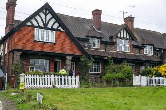 Des policiers de Surrey effectuent des vérifications de porte à porte sur la route A25 Bletchingley, Godstone, près de Reigate, après qu'un homme de 88 ans a été retrouvé mort à l'intérieur de la maison. Photo PA. Date de la photo: mardi 28 avril 2020. L'homme n'a pas été officiellement identifié et la police n'a pas fourni plus de détails. Une autopsie sera ensuite réalisée pour déterminer la cause du décès. Découvrez l'histoire de l'AP par Godstone Police. La photo devrait être: Steve Parsons / PA Wire