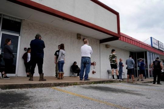 PHOTO DE DOSSIER: Les personnes qui ont perdu leur emploi font la queue pour déposer une demande de chômage suite à une épidémie de coronavirus (COVID-19), dans un Arkansas Workforce Center à Fayetteville, Arkansas, États-Unis, le 6 avril 2020. REUTERS / Nick Oxford / File Photo