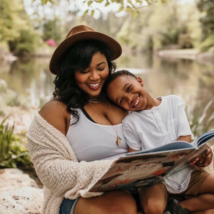 Georgina, mère célibataire, photographiée avec son fils de huit ans, Roméo