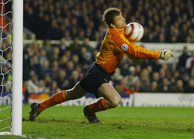 LONDON, UNITED KINGDOM:  Arsenal's goal keeper Jens Lehmann deflects a shot by Chelsea's Claude Makelele only to have Frank Lampard score during their Champions League quarter-final second leg football match 06 April, 2004 at Highbury Stadium, London.     AFP PHOTO/ADRIAN DENNIS  (Photo credit should read ADRIAN DENNIS/AFP via Getty Images)