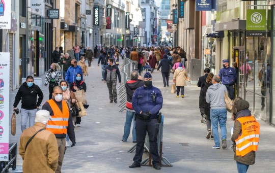 epa08414254 Vue générale de la rue Neuve / Nieuwstraat, la principale rue commerçante de Bruxelles, Belgique, 11 mai 2020. Les autorités ont autorisé les magasins non essentiels à ouvrir leurs portes aux clients à partir du 11 mai. La Belgique mettait en place depuis deux mois un confinement pour le public en raison de la pandémie en cours de la maladie de Covid-19 EPA / OLIVIER HOSLET