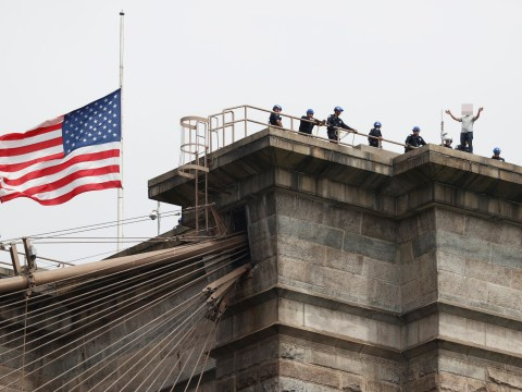 Man rescued after threatening to jump from Brooklyn Bridge