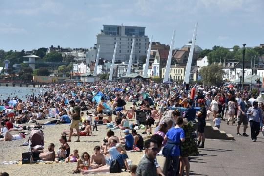 SOUTHEND-ON-SEA, ANGLETERRE - 25 MAI: Des foules de gens se rassemblent sur la plage lors d'un jour férié chaud et ensoleillé le 1er mai le 25 mai 2020 à Southend-on-Sea, Royaume-Uni. Le gouvernement britannique a commencé à assouplir le verrouillage qu'il a imposé il y a deux mois pour freiner la propagation de Covid-19, abandonnant son slogan `` rester à la maison '' en faveur d'un message `` soyez vigilant '', mais les pays britanniques ont varié dans leurs approches pour assouplissement des mesures de quarantaine. (Photo de John Keeble / Getty Images)