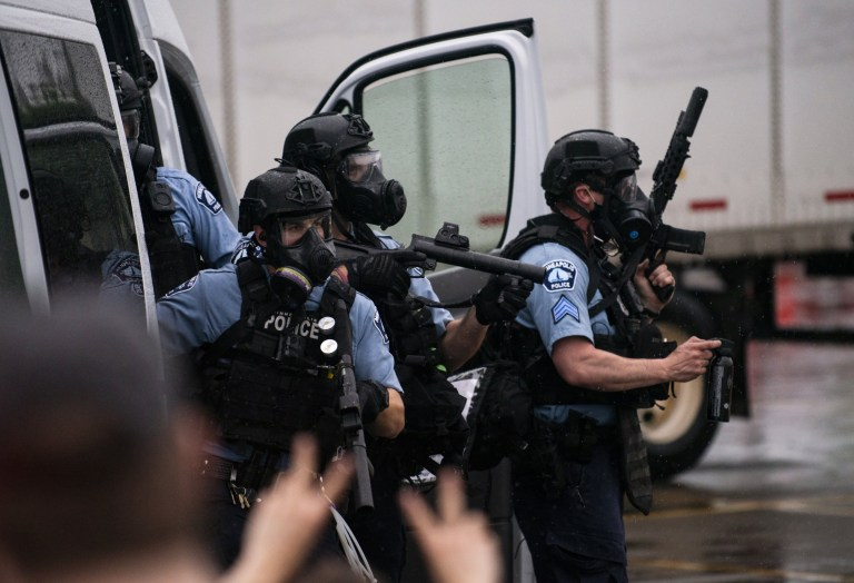 La police vêtue d'un équipement tactique tente de disperser les foules rassemblées pour protester contre la mort de George Floyd