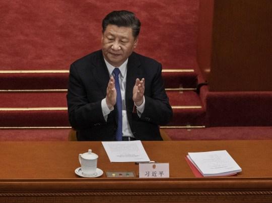 BEIJING, CHINE - 28 MAI: Le président chinois Xi Jinping, applaudit les résultats d'un vote sur un nouveau projet de loi sur la sécurité pour Hong Kong lors de la session de clôture de l'Assemblée populaire nationale le 28 mai 2020 à Pékin, en Chine. Le gouvernement chinois a adopté le projet par 2 878 voix contre une au cours de la session. Le projet de loi, qui a attiré l'attention de la communauté internationale, devrait aborder des questions telles que la sécession, la subversion, le terrorisme et l'ingérence étrangère, et intervient après un an de protestations antigouvernementales dans la région semi-autonome. La Chine a tenu sa réunion parlementaire annuelle, connue sous le nom de `` Les deux sessions '', dans la Grande Salle du Peuple du 21 au 28 mai après avoir été reportée au plus fort de l'épidémie de coronavirus en Chine plus tôt cette année. (Photo de Kevin Frayer / Getty Images)