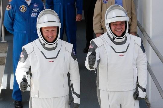 Les astronautes de la NASA Douglas Hurley, à gauche, et Robert Behnken sortent du Neil A. Armstrong Operations and Checkout Building en route vers le Pad 39-A, au Kennedy Space Center à Cape Canaveral, en Floride, le samedi 30 mai 2020. Les deux astronautes effectueront un vol d'essai SpaceX vers la Station spatiale internationale. Pour la première fois en près d'une décennie, les astronautes exploseront en orbite à bord d'une fusée américaine depuis le sol américain, une première pour une entreprise privée. (Photo AP / John Raoux)