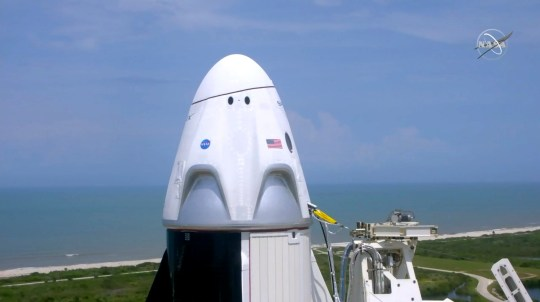 Dans cette image réalisée à partir d'une vidéo via la NASA-TV, un SpaceX Falcon 9, avec les astronautes de la NASA Doug Hurley et Bob Behnken dans la capsule de l'équipage du Dragon, se prépare à décoller du Pad 39-A au Kennedy Space Center à Cape Canaveral, en Floride. , Samedi 30 mai 2020. Les deux astronautes sont en vol d'essai SpaceX vers la Station spatiale internationale. (NASA via AP)