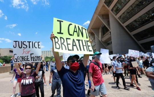 Les manifestants manifestent devant l'hôtel de ville de Dallas dans le centre-ville de Dallas, le samedi 30 mai 2020. Les protestations à travers le pays se sont intensifiées suite à la mort de George Floyd, décédé après avoir été retenu par des policiers de Minneapolis le jour du Souvenir.