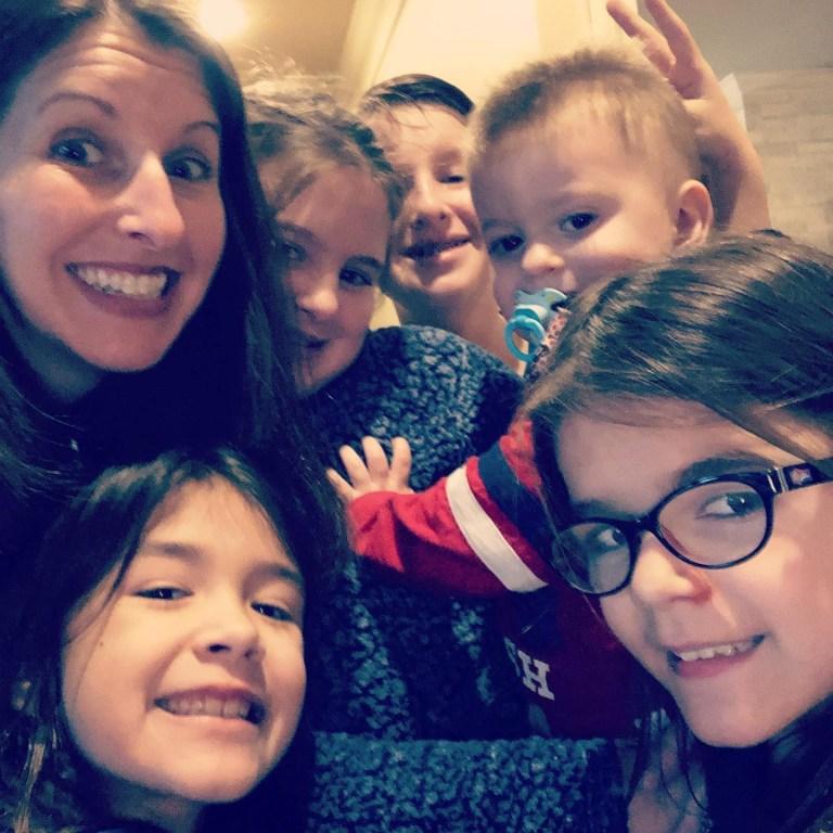 Tamra, à gauche, avec ses cinq enfants, Tray, 14 ans, et Addison, 11 ans, Annalise, huit ans, Grace, sept ans et Henry, deux ans.