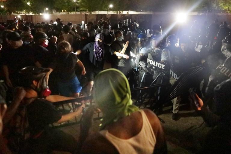 WASHINGTON, DC - 29 MAI: Des manifestants s'affrontent avec la police lors d'une manifestation en réponse au meurtre de George Floyd par la police à Lafayette Square Park aux petites heures du matin du 30 mai 2020 à Washington, DC. Dans tout le pays, les manifestations contre la mort de Floyd ont déclenché des jours et des nuits de rage comme les plus récents d'une série de décès de Noirs américains impliquant la police. Plus tôt hier, l'ancien officier de police de Minneapolis, Derek Chauvin, a été arrêté et accusé de meurtre au troisième degré et d'homicide involontaire. (Photo par Alex Wong / Getty Images)