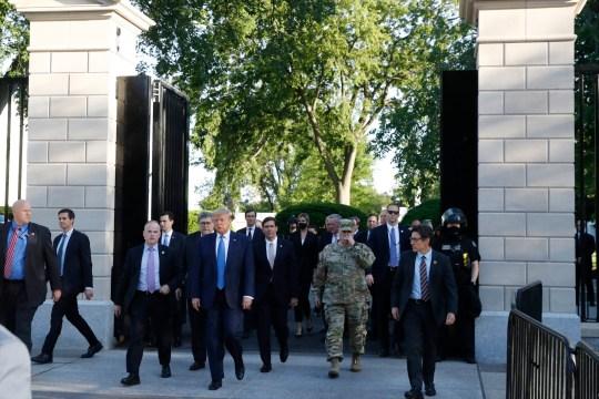 Le président Donald Trump quitte les portes de la Maison Blanche pour visiter l'église Saint-Jean de l'autre côté de Lafayette Park le lundi 1er juin 2020 à Washington. (Photo AP / Patrick Semansky)
