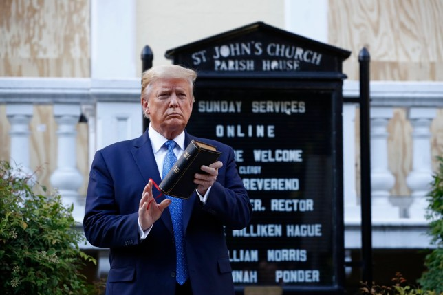 PHOTO DE DONALD TRUMP TENANT UNE BIBLE