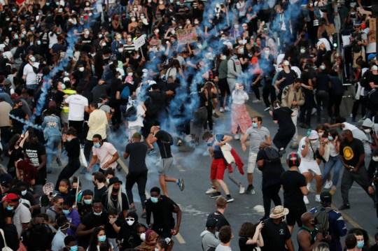 Les gens fuient des gaz lacrymogènes alors qu'ils assistent à une manifestation interdite prévue à la mémoire d'Adama Traoré, un Français de 24 ans noir décédé lors d'une opération policière de 2016 que certains ont comparée à la mort de George Floyd aux États-Unis, devant palais de justice de Paris, France 2 juin 2020. REUTERS / Gonzalo Fuentes