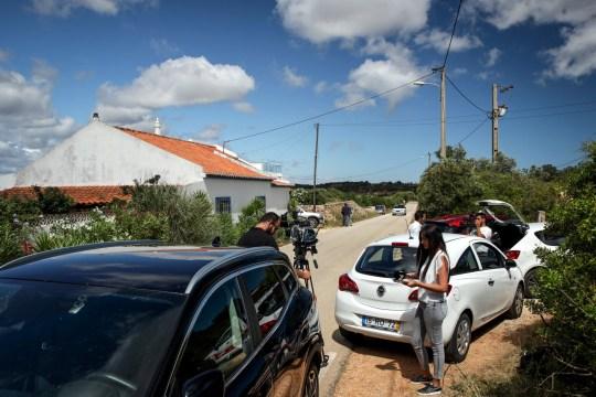 epa08465576 Vue extérieure d'une maison où vivait un ressortissant allemand soupçonné d'être impliqué dans la disparition de l'enfant britannique Madeleine McCann en 2007, à Lagos, dans le sud du Portugal, le 04 juin 2020. Le parquet portugais a déclaré que les enquêteurs interrogeaient des témoins la région de l'Algarve, où la famille McCann était en vacances lorsque Madeleine a disparu quelques jours avant son quatrième anniversaire, le 03 mai 2007, de la chambre où elle dormait avec ses deux jeunes frères jumeaux. L'affaire a alors retenu l'attention des médias du monde entier; 13 ans plus tard, de nouvelles pistes ont incité la police allemande à nommer un nouveau suspect, Christian B., 43 ans, qui est déjà emprisonné pour des délits indépendants. EPA / FABIO MESTRINHO