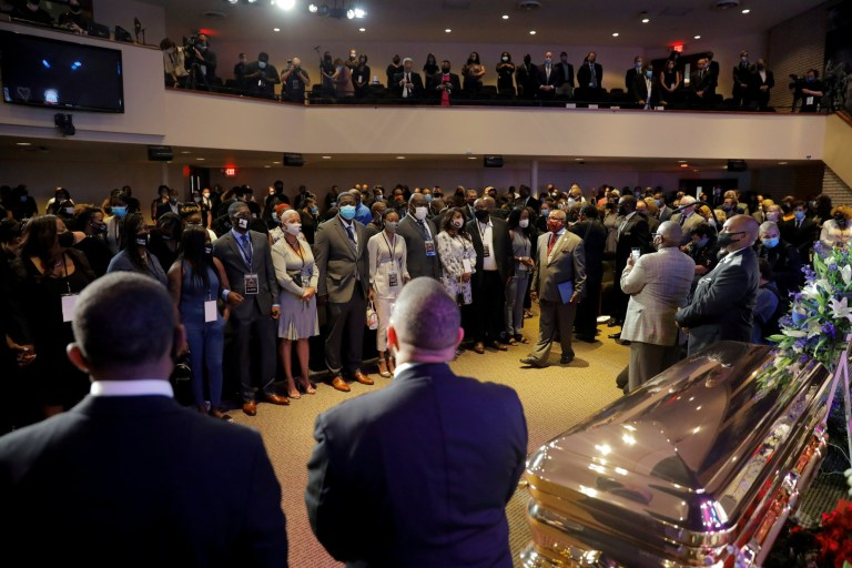 Les gens assistent à un service commémoratif pour George Floyd après sa mort en garde à vue à Minneapolis, à Minneapolis, Minnesota, États-Unis, le 4 juin 2020. REUTERS / Lucas Jackson