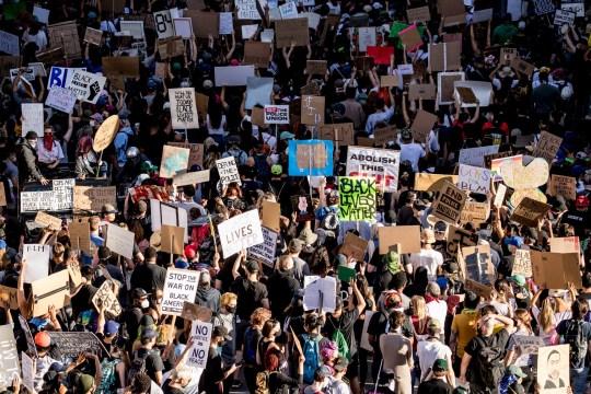 LOS ANGELES, CALIFORNIE - 07 juin: les manifestants participent à la protestation YG x BLMLA x BLDPWR et mars le 07 juin 2020 à Los Angeles, Californie.