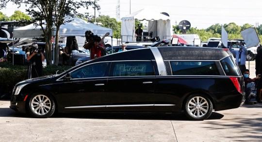 epa08472996 La voiture portant le cercueil portant le corps de George Floyd arrive à la fontaine de la louange avant la visite publique de George Floyd à Houston, Texas, États-Unis, 08 juin 2020. Une vidéo d'un spectateur publiée en ligne le 25 mai, a semblé montrer George Floyd, 46 ans, a plaidé auprès des policiers qui l'arrêtaient qu'il ne pouvait pas respirer alors qu'il s'agenouillait sur le cou. Le Noir non armé est décédé plus tard en garde à vue et les quatre officiers impliqués dans l'arrestation ont été inculpés et arrêtés. EPA / LARRY W. SMITH