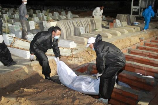 SFAX, TUNISIE - 11 JUIN: Des migrants tunisiens ont perdu la vie dans un naufrage, ils sont enterrés le 11 juin 2020 à Sfax, en Tunisie. Le bateau de pêche transportant 53 migrants irréguliers a coulé mardi. C'était en route pour l'Italie. (Photo par Houssem Zouari / Agence Anadolu via Getty Images)