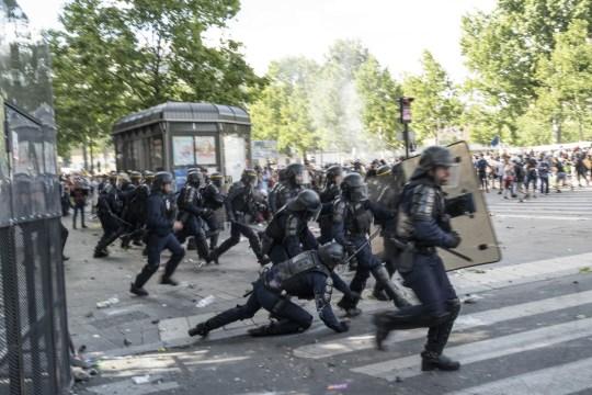 Un policier tombe lors d'une manifestation contre le racisme le 13 juin 2020 à Paris, en France.