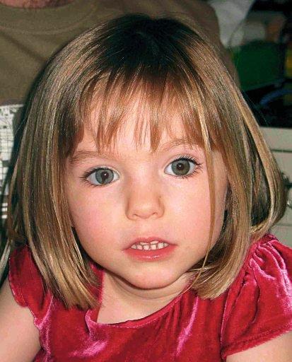 Une photo de la fille britannique disparue au Portugal, Madeleine McCann, transformée en affiche est publiée le 12 mai 2007. Madeleiene a passé son quatrième anniversaire toujours porté disparu samedi, ce qui a incité ses parents à appeler ses parents pour redoubler d'efforts pour la retrouver.  Madeline a disparu neuf jours plus tôt de son lit dans un hôtel de villégiature où elle était en vacances avec ses parents en Algarve.  La police affirme que toutes les preuves indiquent un enlèvement.  REUTERS / David Moir (GRANDE-BRETAGNE)