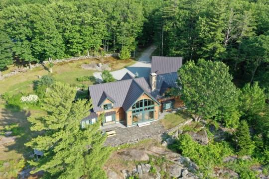 La propriété où Ghislaine Maxwell, ancien associé du regretté financier Jeffrey Epstein, a été arrêté par le Federal Bureau of Investigation (FBI) est vue sur une photographie aérienne à Bradford, New Hampshire, États-Unis, le 2 juillet 2020. REUTERS / Drone Base