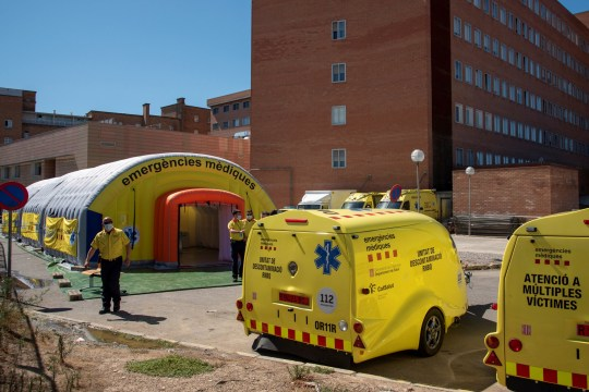 epa08526500 View of a field hospital set up by health authorities next to Arnau de Vilanova Teaching Hospital in Lleida, in the area of Segria, Catalonia, Spain, 03 July 2020 (issued on 04 July 2020). The Catalan authorities decided to confine residents of Segria from noon due to a rising number of COVID-19 cases. Some 210,000 people live in the zone. EPA/Ramon Gabriel