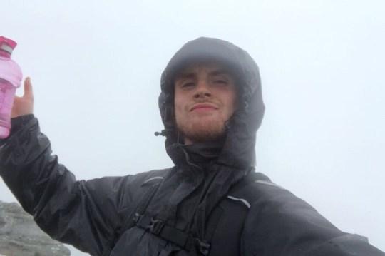 Rhys Sinclair saat berjalan di bukit di Leith, Edinburgh, Skotlandia