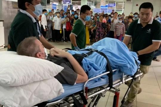 Un pilote britannique qui était le patient COVID-19 le plus critique du Vietnam est transporté sur une civière à Ho Chi Minh ville, Vietnam, le samedi 11 juillet 2020. L'homme de 42 ans a été libéré d'un hôpital samedi , moins d'une semaine après que les médecins ont déclaré qu'il était exempt de virus et suffisamment en bonne santé pour rentrer chez lui en Écosse.  (Photo AP / Hieu Dinh)