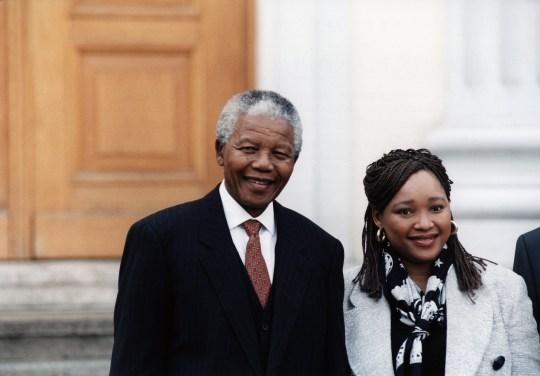 (ALLEMAGNE HORS) Nelson Mandela * 18.07.1918- Politicien, ANC, Afrique du Sud Mandela, le président de l'Afrique du Sud, avec sa fille Zinzi Mandela-Hlongwane (Photo par P / F / H / ullstein bild via Getty Images)