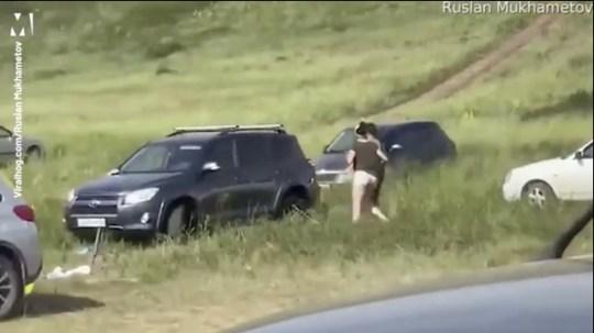 Une voiture en fuite accélère sur une colline et manque des pique-niqueurs de quelques centimètres après que le conducteur soit sorti sans tirer le frein à main