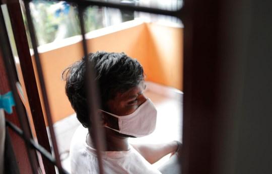 Le conducteur sri-lankais de pousse-pousse automobile Prasad Dinesh, lié par des responsables sri-lankais à près de la moitié des plus de 2 600 cas de coronavirus du pays, est assis dans sa maison à Ja-Ela, Sri Lanka, le mercredi 1er juillet 2020. Pendant des mois, il ??? anonyme, mais maintenant Dinesh essaie d'effacer son nom et d'éliminer une partie de la stigmatisation d'une dépendance à l'héroïne à l'origine de son calvaire. Se référant à lui uniquement en tant que ??? Patient 206, ??? Des responsables gouvernementaux ont fustigé Dinesh à la télévision et sur les réseaux sociaux, lui reprochant au moins trois groupes de cas, dont environ 900 marins qui ont été infectés après une opération à Ja-Ela, une petite ville située à environ 19 kilomètres (12 miles) au nord de la capitale. , Colombo. Dinesh, cependant, dit que sa toxicomanie, qui est considérée comme un crime au Sri Lanka, fait de lui un bouc émissaire pratique. (Photo AP / Eranga Jayawardena)