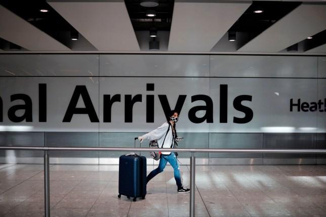 la porte des arrivées dans un aéroport