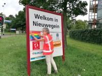 L'échevin de Nieuwegein Marieke Schouten remplace le nom de Pulawy par un drapeau arc-en-ciel (Photo: Municipalité de Nieuwegein)