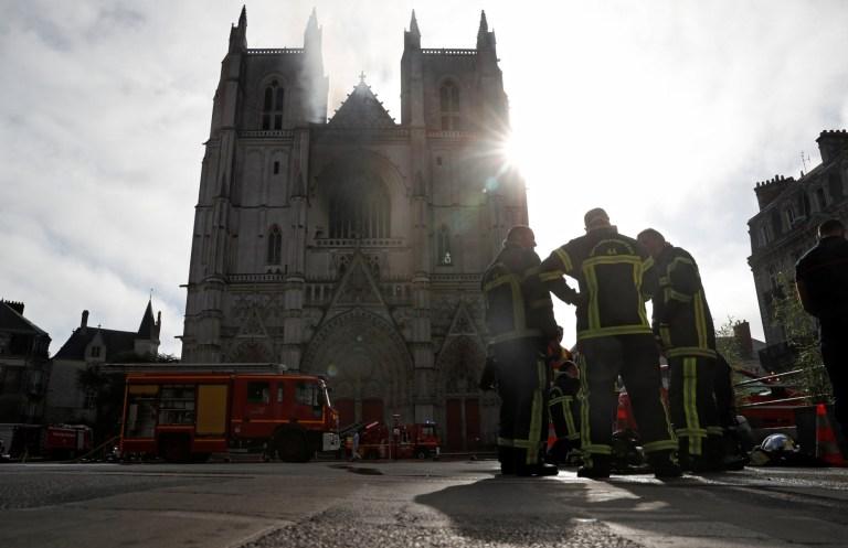 Les pompiers français se rassemblent sur les lieux de l'incendie de la cathédrale de Nantes