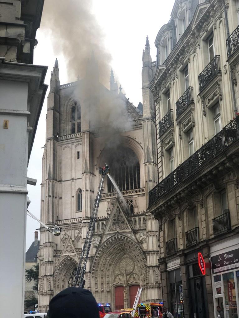 Les pompiers français combattent un incendie à la cathédrale Saint-Pierre-et-Saint-Paul de Nantes, en France, le 18 juillet 2020 sur cette photo obtenue sur les réseaux sociaux.  Jean Barenton / via REUTERS CETTE IMAGE A ÉTÉ FOURNIE PAR UN TIERS.  CRÉDIT OBLIGATOIRE.