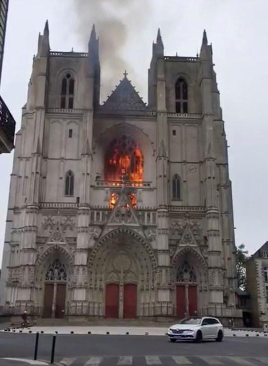Vue générale du feu à la cathédrale Saint-Pierre et Saint-Paul de Nantes, à Nantes, France, le 18 juillet 2020 dans cette capture d'image obtenue à partir d'une vidéo sur les réseaux sociaux.  Jean Barenton / via REUTERS CETTE IMAGE A ETE FOURNIE PAR UN TIERS.  CRÉDIT OBLIGATOIRE.