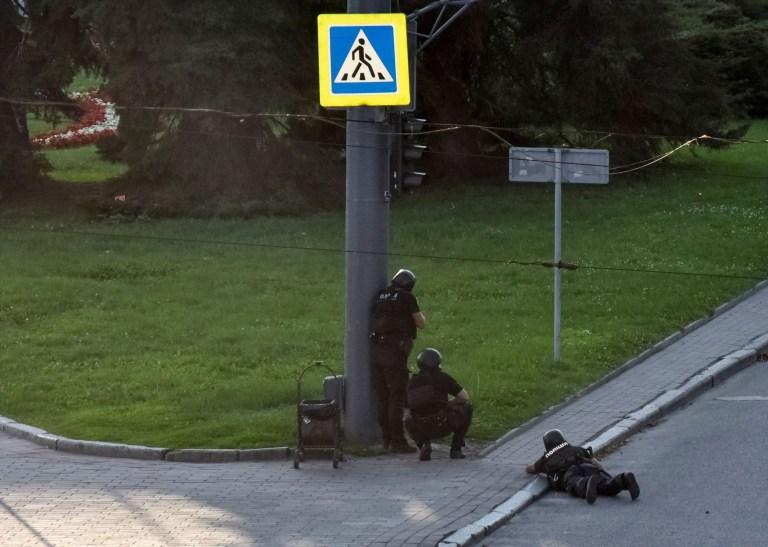 Les forces de l'ordre ukrainiennes se mettent à couvert près d'un bus de passagers saisi lors d'une opération de sauvetage d'otages dans la ville de Loutsk, en Ukraine, le 21 juillet 2020. REUTERS / Pavlo Palamarchuk