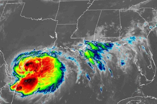 8560563 L'ouragan Hanna touche terre au Texas tandis que Douglas se rapproche d'Hawaï